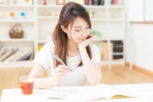 投資信託の買い方の勉強をする女性